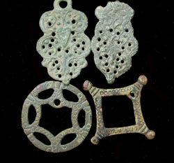 1 Lot of 4 medieval brooches and pendents